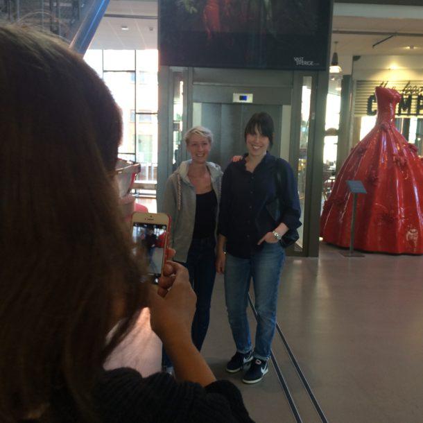 Susanne Bosiö passar på att fotografera sina gamla elever.