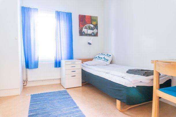 Interiör fån ett enkelrum i Hjertenska villan. Rummet är ett enkelrum medgemensam dusch och toalett.