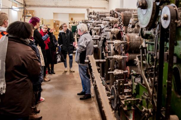 Deltagare från Hellidens textilutbildningar på besök på sveriges enda KRAV certifierade ull spinner Madam Lutuss i i Madängsholm några km från Helliden.