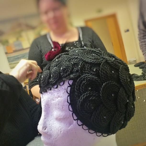 Lisa Disley med sina hattar och headpiece