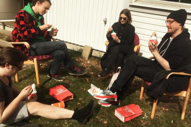 Bild på deltagare på fördjupningsåretsom äter glass