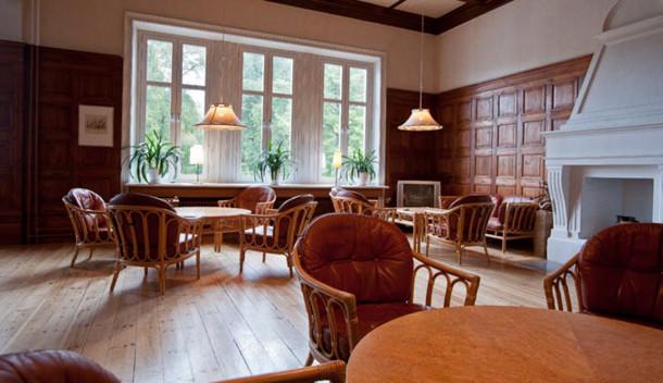 Gamla biblioteket i slottet är en gemytlig lokal för avspända sammankomster.
